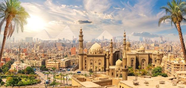 Mosque-madrasa del sultano hassan dietro le palme, il cairo, egitto.