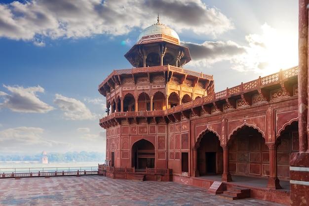 Moschea nel complesso taj mahal in india, uttar pradesh, agra.