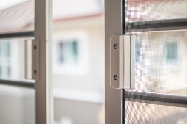 Zanzariera in filo metallico sulla protezione della finestra della casa contro gli insetti