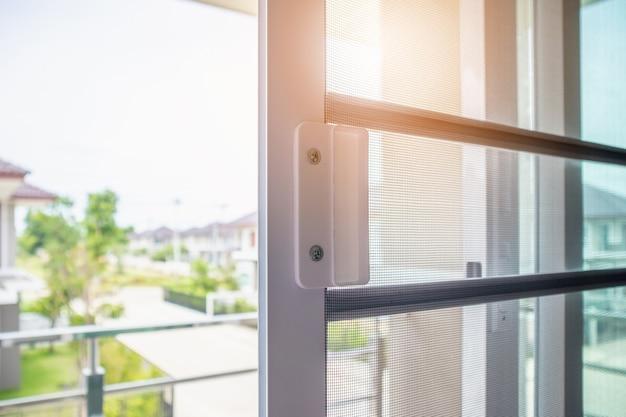 Zanzariera a rete sulla protezione della finestra di casa contro gli insetti