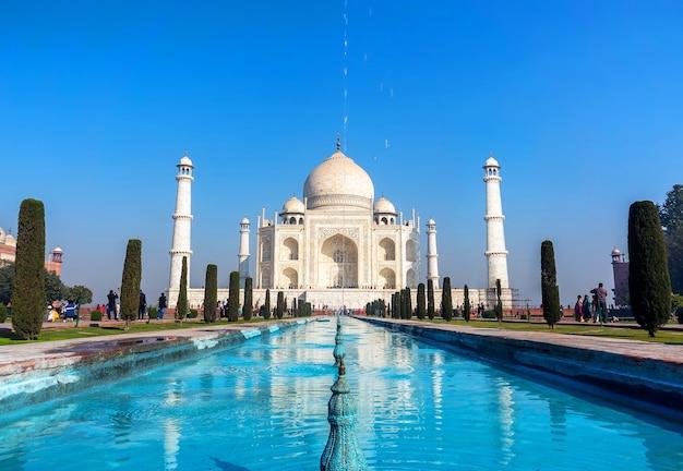 Il più famoso mausoleo musulmano indiano, monumento che riflette nell'acqua della piscina, agra, india