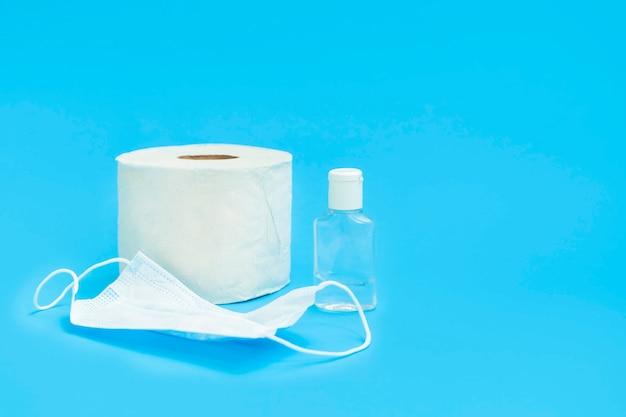 Le scorte più necessarie durante la pandemia di coronavirus: gel disinfettante per le mani, maschera medica, carta igienica