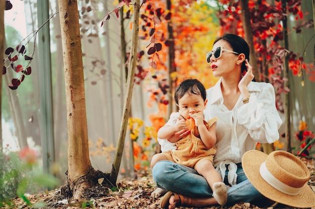 Madre e bambino felici di vivere insieme intorno al giardino.