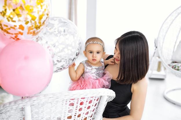 Madre e bambina con il vestito