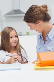 Madre che chiacchiera con il disegno di sua figlia
