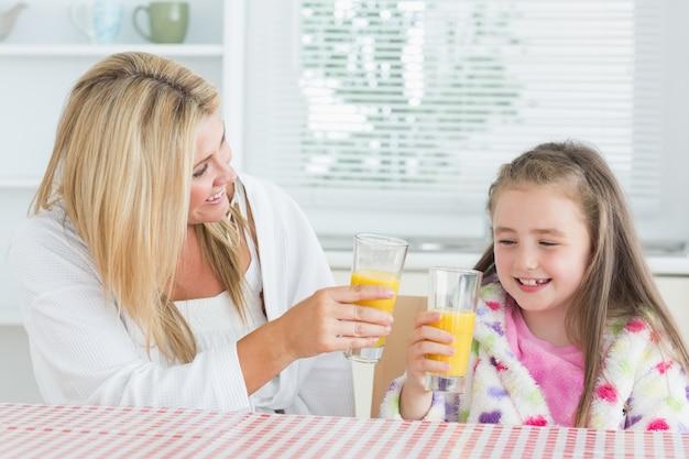 Madre e bambino che bevono succo