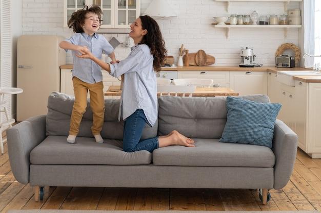 Madre e figlio che ridono e si divertono