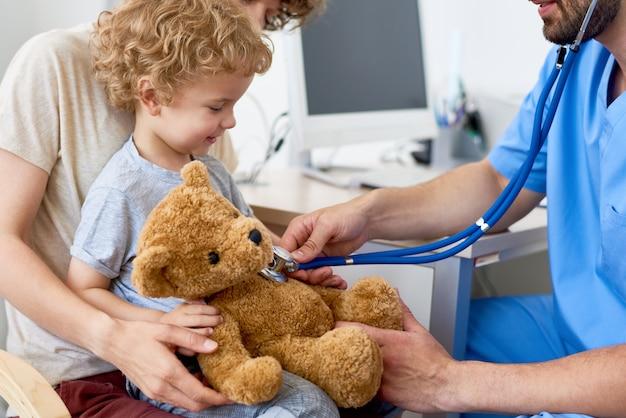Madre e figlio in studio pediatrico
