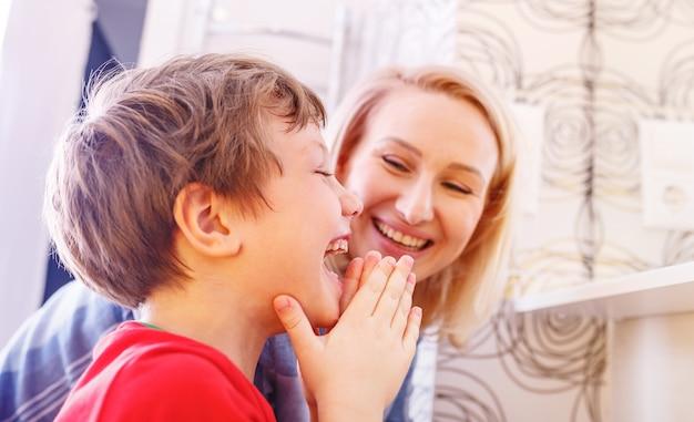 Figlio di madre e figlio lavarsi le mani e il viso in bagno