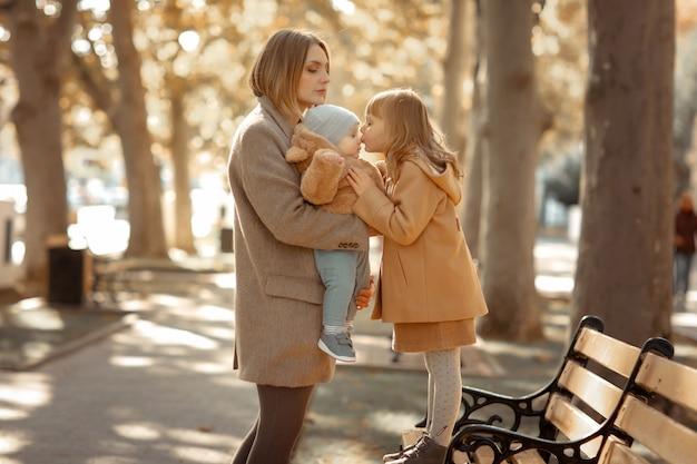 Madre e figlio in una passeggiata in un parco pubblico baci e abbracci