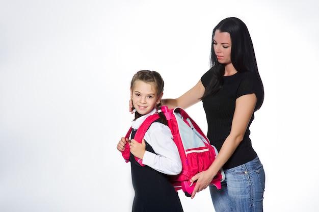 Madre che conforta sua figlia il primo giorno di scuola.