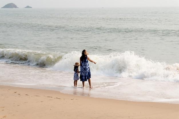 Madre e figlia sulla spiaggia