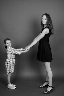 Madre e figlia che legano insieme. bianco e nero