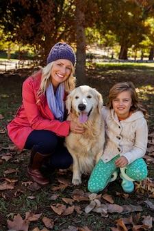 Madre e figlia che accarezzano il loro cane