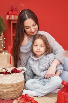 Madre e figlia festeggiano il nuovo anno come concetto di vacanze invernali