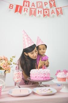 Madre e figlia festeggia il compleanno