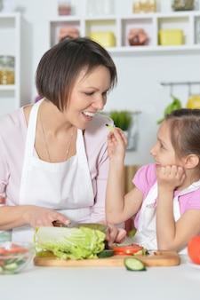Madre e figlia che preparano la cena in cucina