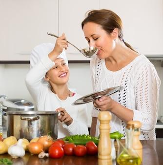 Madre e figlia che cucinano insieme