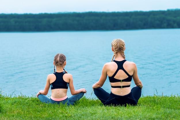 Madre e figlia facendo esercizi di yoga