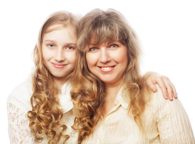 Madre e figlia, famiglia felice, isolata su bianco