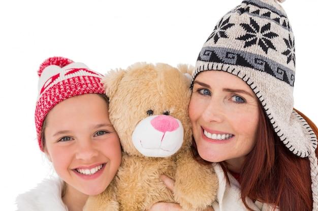 Madre e figlia che tengono orsacchiotto