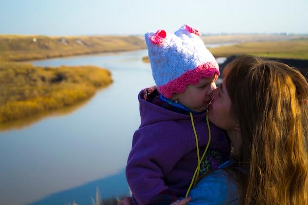 Madre e figlia lussureggianti in natura un senso di amore