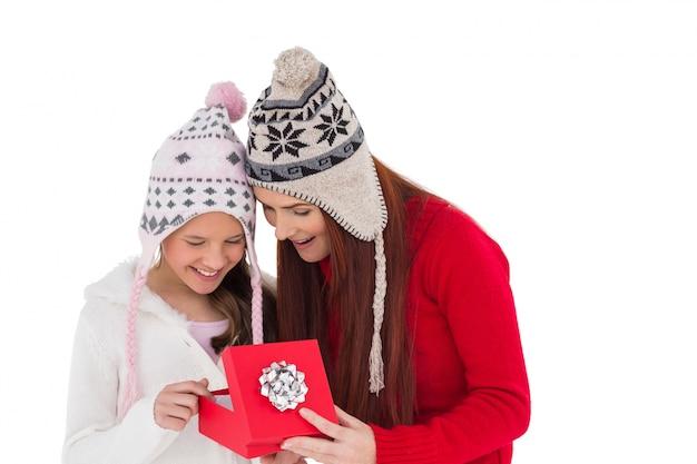 Madre e figlia, aprendo il regalo di natale