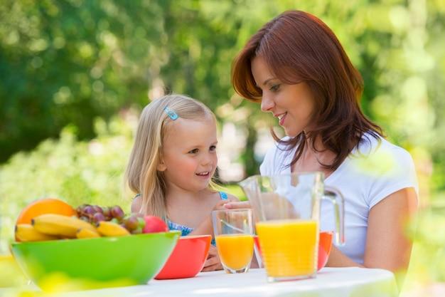 Madre e figlia che fanno un picnic