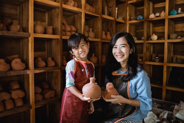 Laboratorio di ceramica di madre e figlia