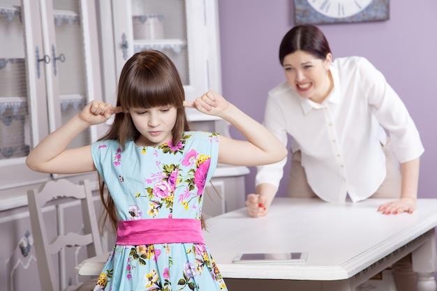 Madre e figlia litigano a causa dell'uso eccessivo del tablet. problema sociale tra genitori e figli. studio girato..