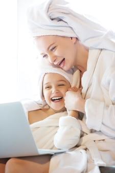 Madre e figlia, le sorelle hanno una giornata tranquilla, bella e divertente insieme a casa
