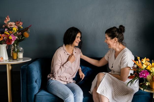 Madre e figlia nel loro soggiorno