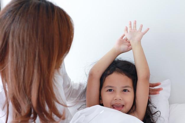 Madre e figlia si svegliano al mattino riposate