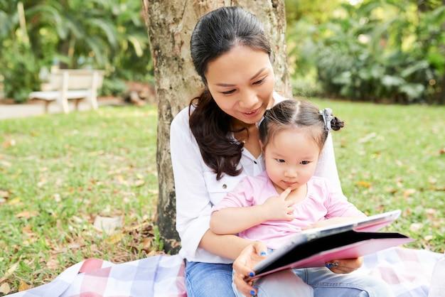 Fumetto di sorveglianza della figlia e della madre all'aperto