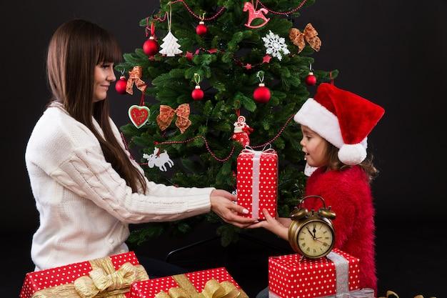 Madre e figlia con scatole regalo