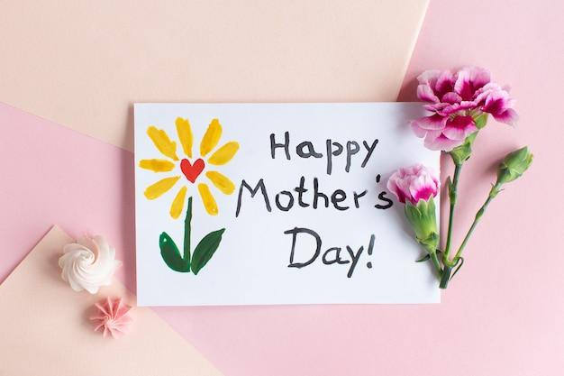 Carta di festa della mamma su sfondo rosa minimo. testo happy mothers day.