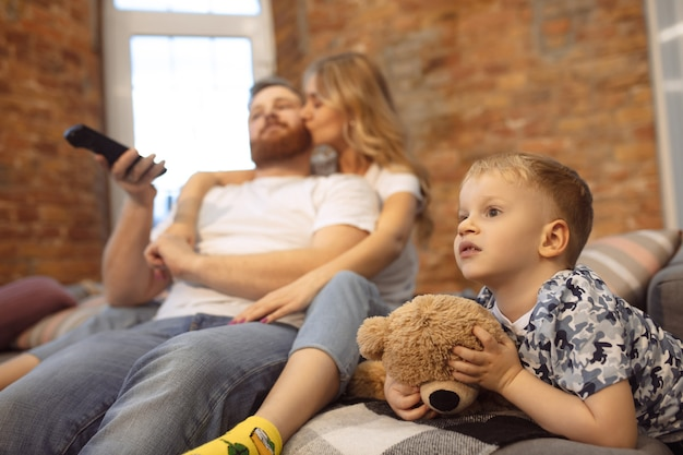 Madre, padre e figlio a casa