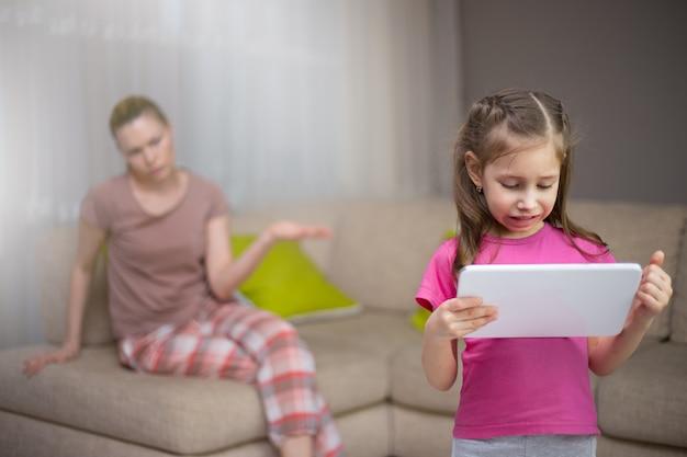 La madre è frustrata dal fatto che sua figlia stia giocando ai videogiochi