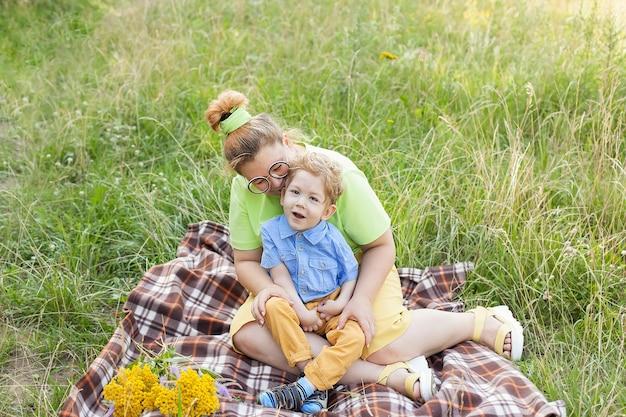 Una madre abbraccia dolcemente un bambino disabile. paralisi cerebrale infantile. abilitare. disabilità. una famiglia con un figlio disabile.