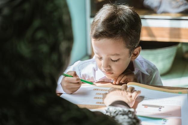 La madre aiuta il suo bambino a fare i compiti