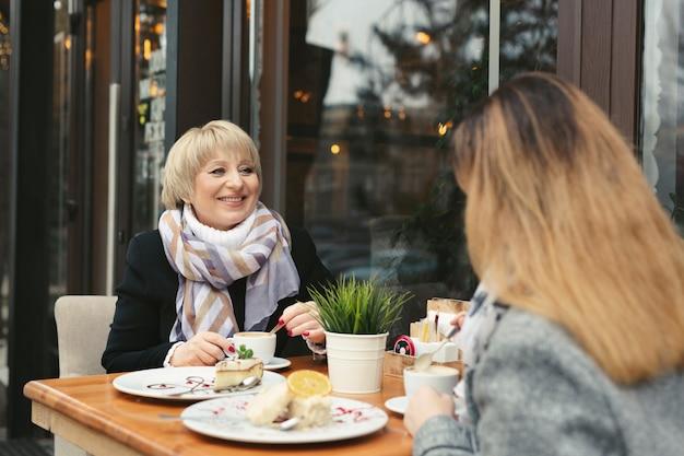 Madre e figlia adulta trascorrere del tempo insieme nella caffetteria