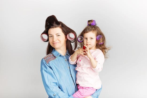 Madre e figlia di suo figlio con un rossetto
