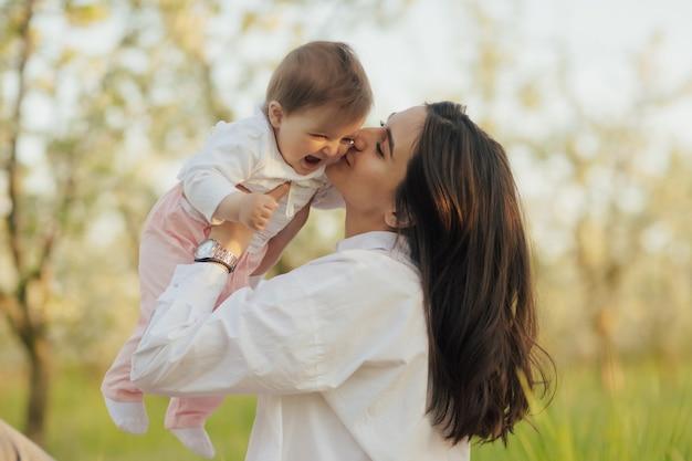 La madre e la sua piccola figlia si divertono nella natura