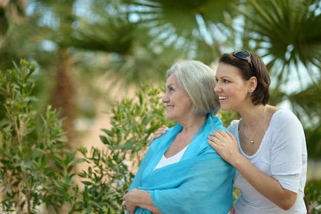 Madre e la sua simpatica figlia nel parco