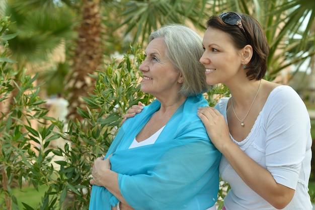 Madre e la sua simpatica figlia nel parco tropicale
