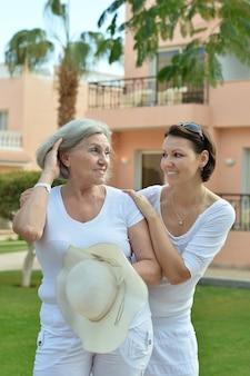 Madre e la sua simpatica figlia in un resort tropicale
