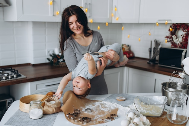 Madre e figlio che giocano