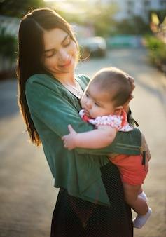 Madre che tiene in braccio il suo bambino