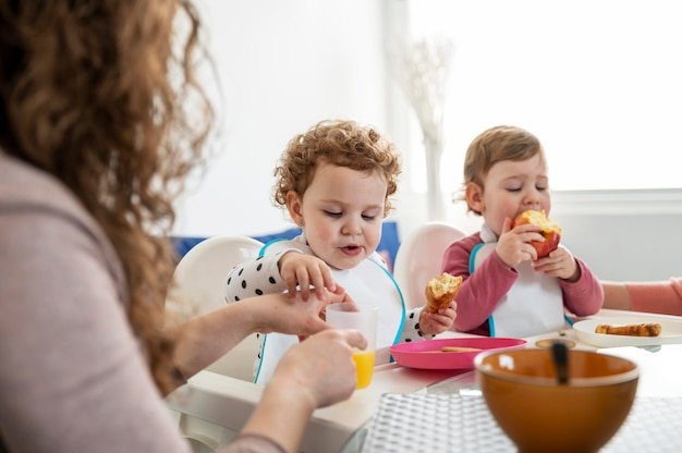 Madre a casa con i bambini a pranzo