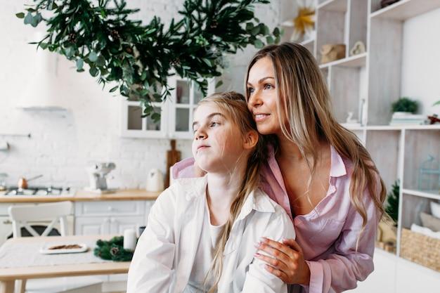 La madre abbraccia la figlia, la comunicazione genitore-figlio